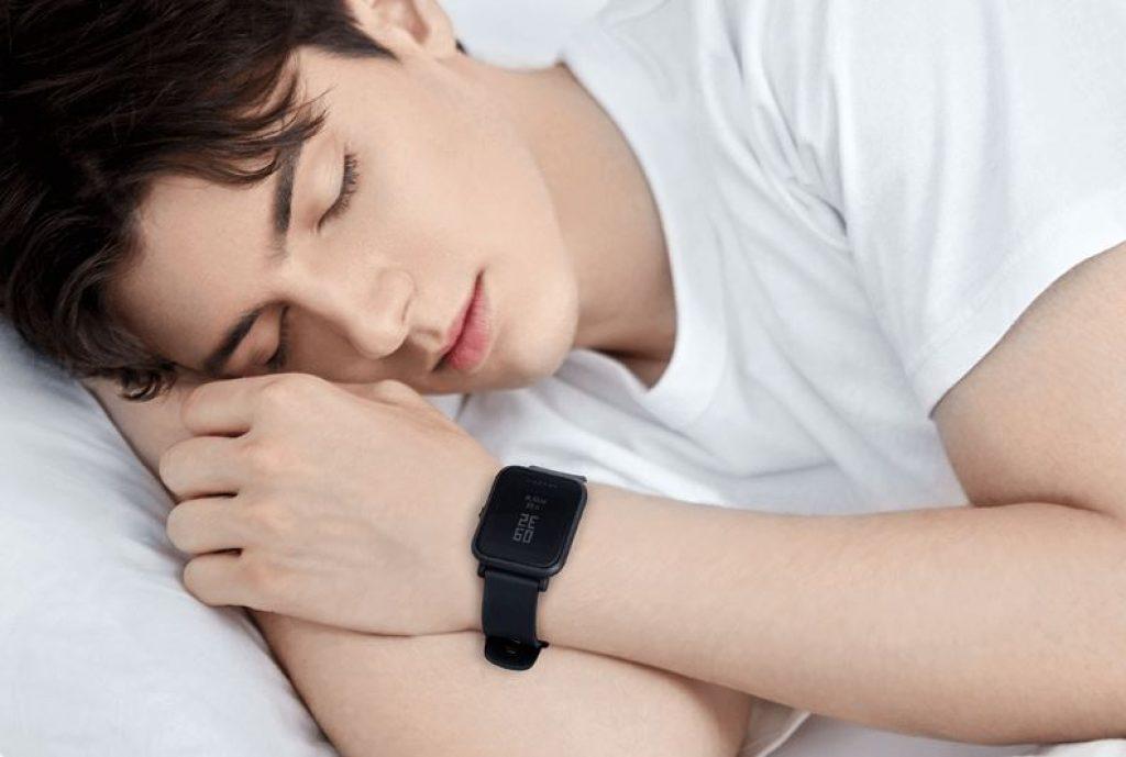 Homem dormindo com o Amazfit Bip Lite no pulso