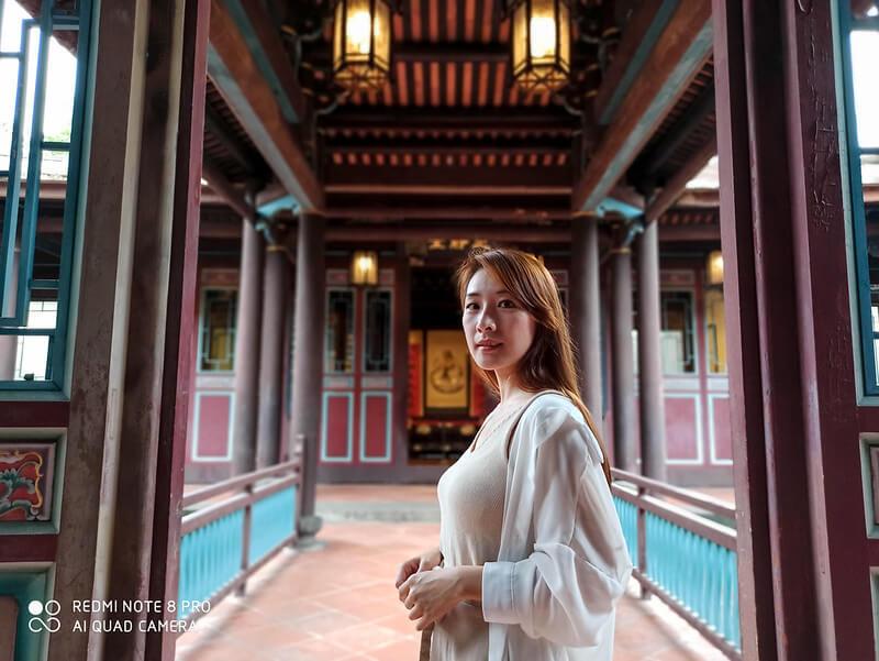 Foto de uma mulher chinesa feita com o Redmi Note 8 Pro